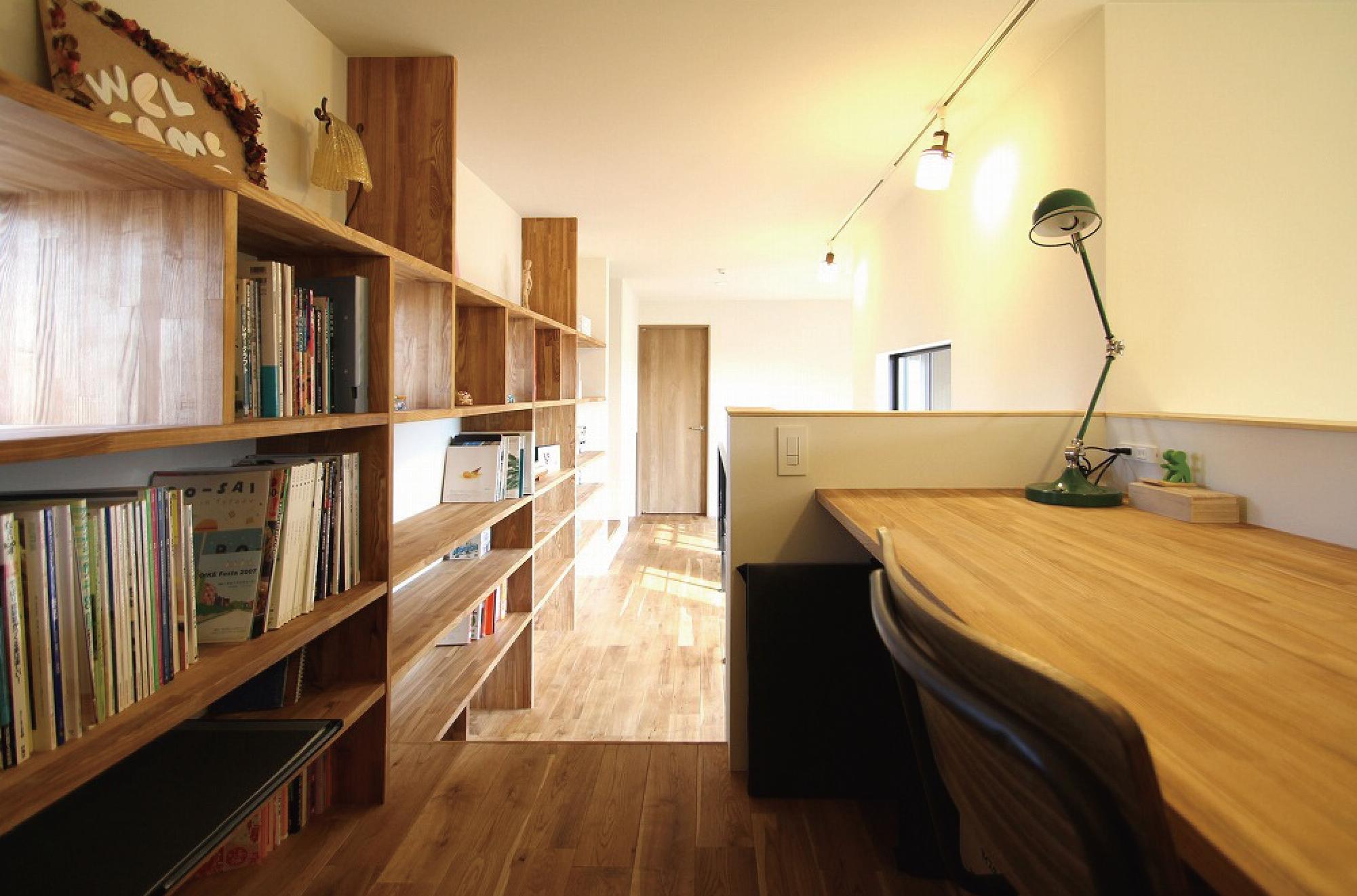 スキップフロアとストリップ階段で構成する開放的な家